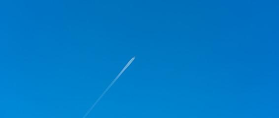 飛行機・飛行機雲・青空