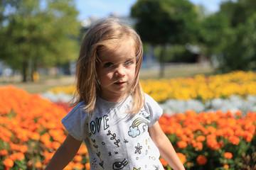 Mała dziewczynka na tle kwiatów