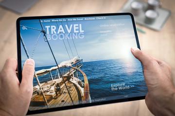 Réservation en ligne d'un hotel ou d'un voyage ou de vacances avec une tablette tenue en main par un homme
