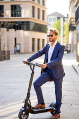 Business Mann auf einem E-Scooter