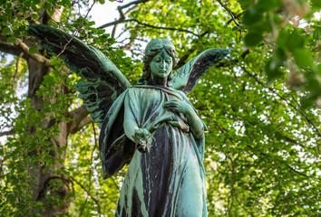 Friedhof im Frühling: schöner alter Engel