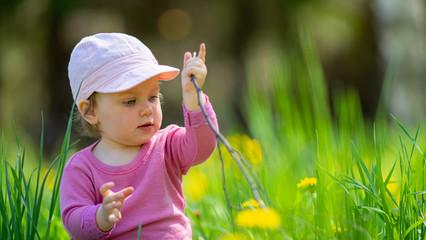 Fototapeta Dziecko Bawiące się w trawie obraz