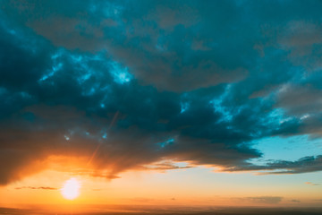 Foto auf AluDibond Blau türkis Sunshine In Sunrise Bright Dramatic Sky. Scenic Colorful Sky At Sunset Dawn
