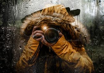 Fotógrafa tomando fotos bajo la lluvia con reflejo en el espejo del carro, clima lluvioso en la sierra de Querétaro