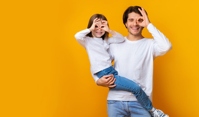 Foto op Aluminium Hoogte schaal Joyful dad and daughter having good time over yellow background