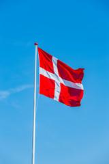 Dänische Flagge im wind vor Blauem Himmel
