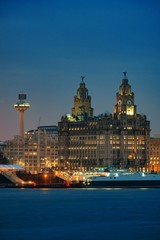 Fototapete - Liverpool Royal Liver Building at night
