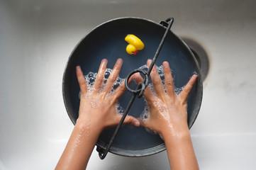 バケツにためた水で手を洗う子ども Fototapete