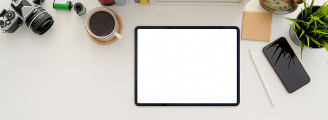 Photo sur Toile Pays d Asie Minimal workspace with blank screen tablet, coffee cup and other supplies