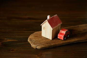 古びた車と家の模型