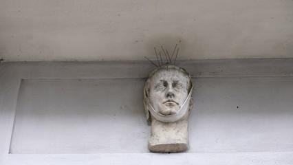 statue avec pic à pigeon sur la tête