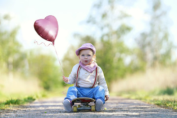 lachendes Kind mit Luftballon