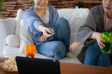ソファーに座ってテレビを見る二人の女性