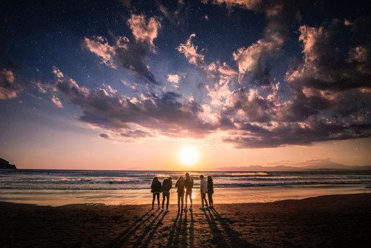夕焼けと青春。江ノ島海岸の夕暮れ時。