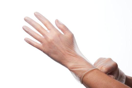 Manos utilizando guantes de latex y de vinilo