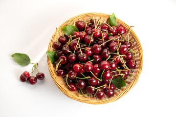 Cestino di ciliege regina  su sfondo bianco
