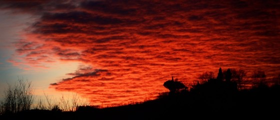 Foto auf AluDibond Rot kubanischen Silhouette Landscape Against Dramatic Sky