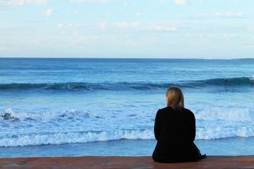 Kobieta oglądająca morze.