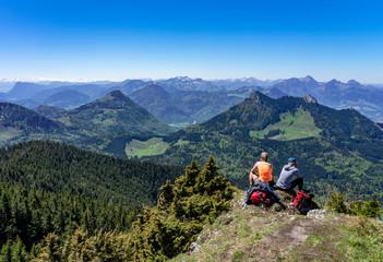 Panoramablick von zwei Wanderinnen im Chiemgau - Blick auf Pasterkopf, Kranzhorn, Heuberg, Kitzstein und Wasserwand