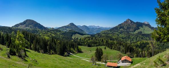 Panoramablick in die Alpen: Wanderung im Chiemgau - Blick auf Pasterkopf, Kranzhorn, Heuberg, Kitzstein und Wasserwand