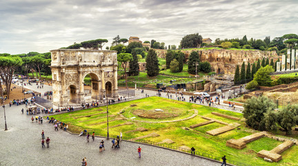 Fototapete - Rome cityscape, urban landscape with tourist attractions Arch of Constantine and Palatine Hill, panoramic view from Colosseum