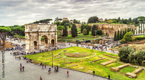 Fototapete Rome cityscape, urban landscape with tourist attractions Arch of Constantine and Palatine Hill, panoramic view from Colosseum