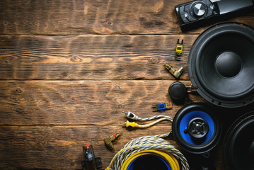 Stores à enrouleur Magasin de musique A new car audio equipment on brown wooden workbench background with copy space.