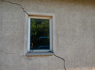 Bauschäden in einer Wand am Fenster Risse
