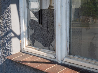 Kaputte Fensterscheibe nach einem Einbruch