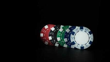 Kolorowe żetony do gry wyizolowane na czarnym tle. Żetony w różnych kolorach wyizolowane na czarnm tle - fototapety na wymiar