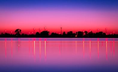 Printed roller blinds Pink Jezioro po zachodzie słońca z wiatrakami w tle