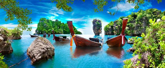 Fototapeta Paisaje pintoresco de Phuket. Mar y isla de Ko Tapu o isla de James Bond en el parque natural de Ao Phang Nga en Tailandia con barcos típicos. Aventuras y destinos exóticos de viaje.