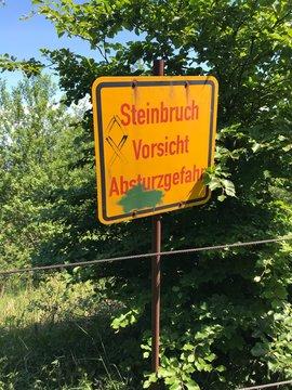 Schild am Steinbruch