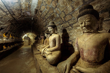 Foto op Textielframe Historisch mon. Buddha statues in the underground corridors of Htukkanthein temple, Mrauk U, Rakhine, Myanmar (Burma), Asia