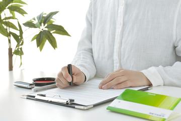 契約書に押印する女性