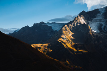 壁紙(ウォールミューラル) - Majestic mountains illuminated by the sun. Location Zemo Svaneti, Georgia country, Europe.