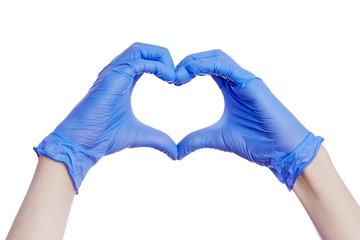 Gros plan mains d'un homme formant un coeur avec  des gants bleus en latex de protection médical sur fond isolé blanc