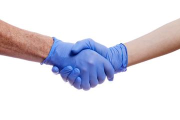 poignée de main de deux personnes portant des gants de protection médicaux en latex sur fond isolé blanc