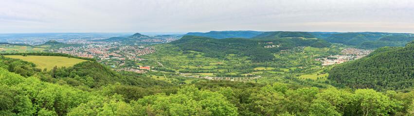 Blick vom Schönbergturm aka Unterhos über das Echaztal auf Reutlingen und Pfullingen mit der Achalm