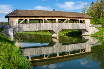 Überdachte Holzbrücke über den Isarkanal, nähe Icking und Schäftlarn bei der Aumühle