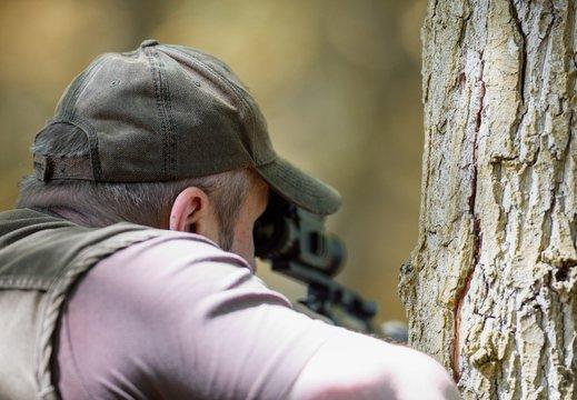 hunter looking through thermovision riflescope