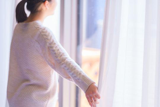 朝 採光 換気 カーテン 開ける 女性 若い 子供 日本人 人物 さわやか 朝日 窓 春