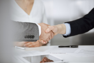 Poster Montagne Business people shaking hands finishing contract signing, close-up. Business communication concept. Handshake and marketing