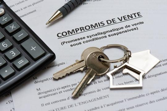Compromis de vente, trousseau de clés, calculette et stylo. Concept d'achat immobilier, France