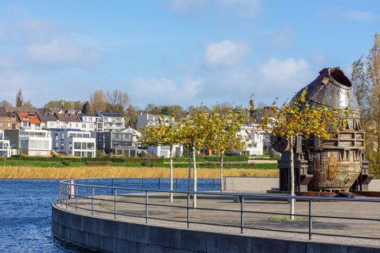 Wohnbebauung und künstliche Insel mit Thomasbirne am Nordufer am Phönixsee, Doertmund, NRW