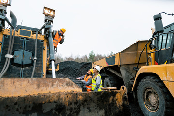Fotomurales - Heavy machinery and workers in pit of quarry