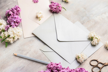 Papiers peints Montagne Composition with beautiful lilac flowers and envelopes on light background