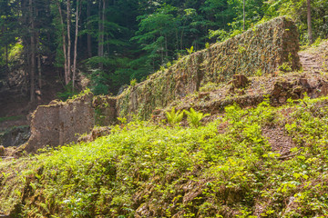 Alte Mauern  des unter Denkmalschutz stehenden Zementwerk Litzlsdorf.