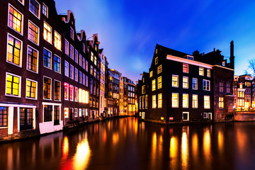 Fotomurales - Reflection Of Buildings In Canal At Night