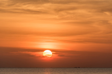 Foto auf Leinwand See sonnenuntergang Scenic View Of Sea Against Orange Sky